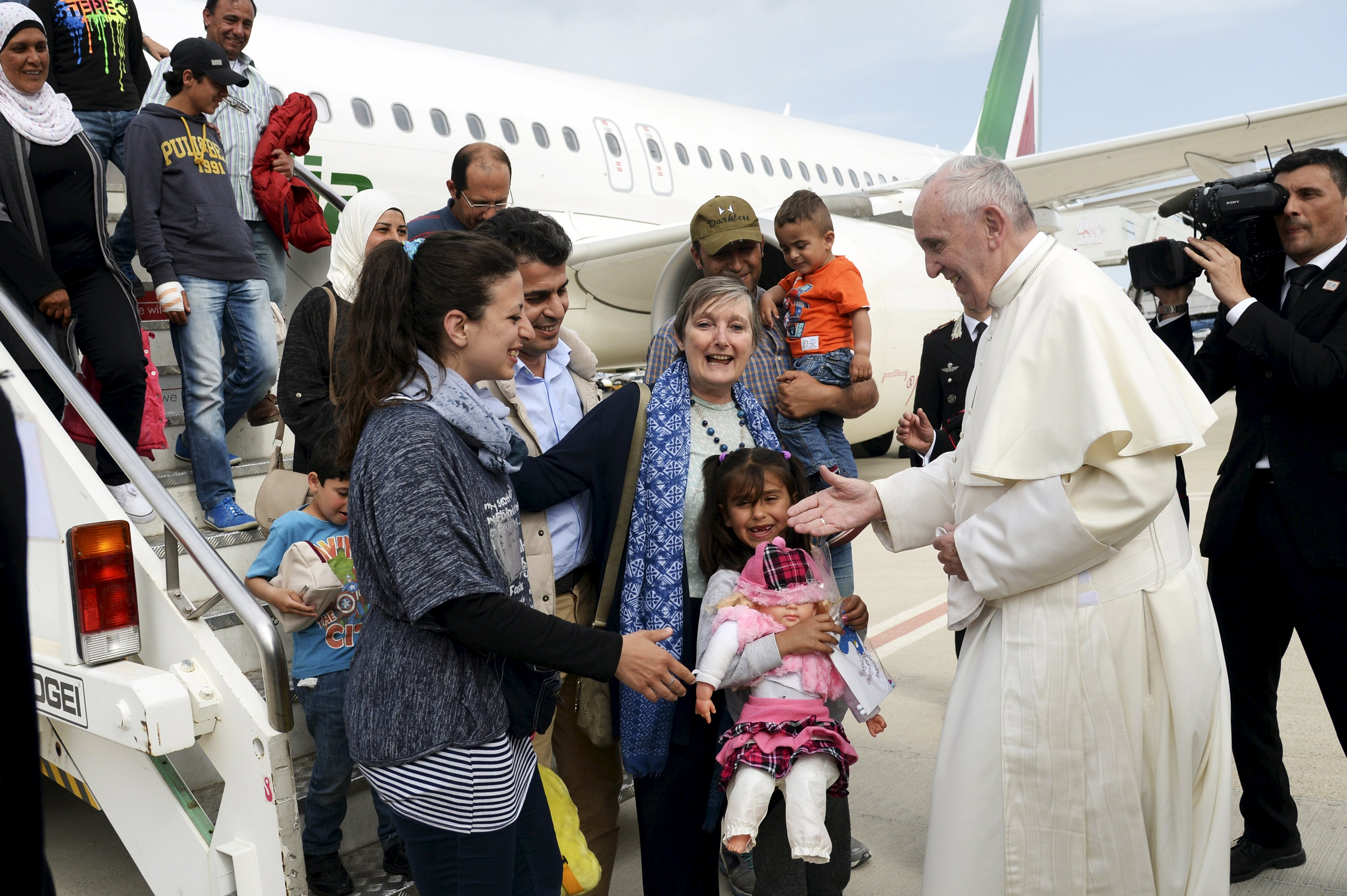 Pope returns with 12 refugees after visit to Greek island