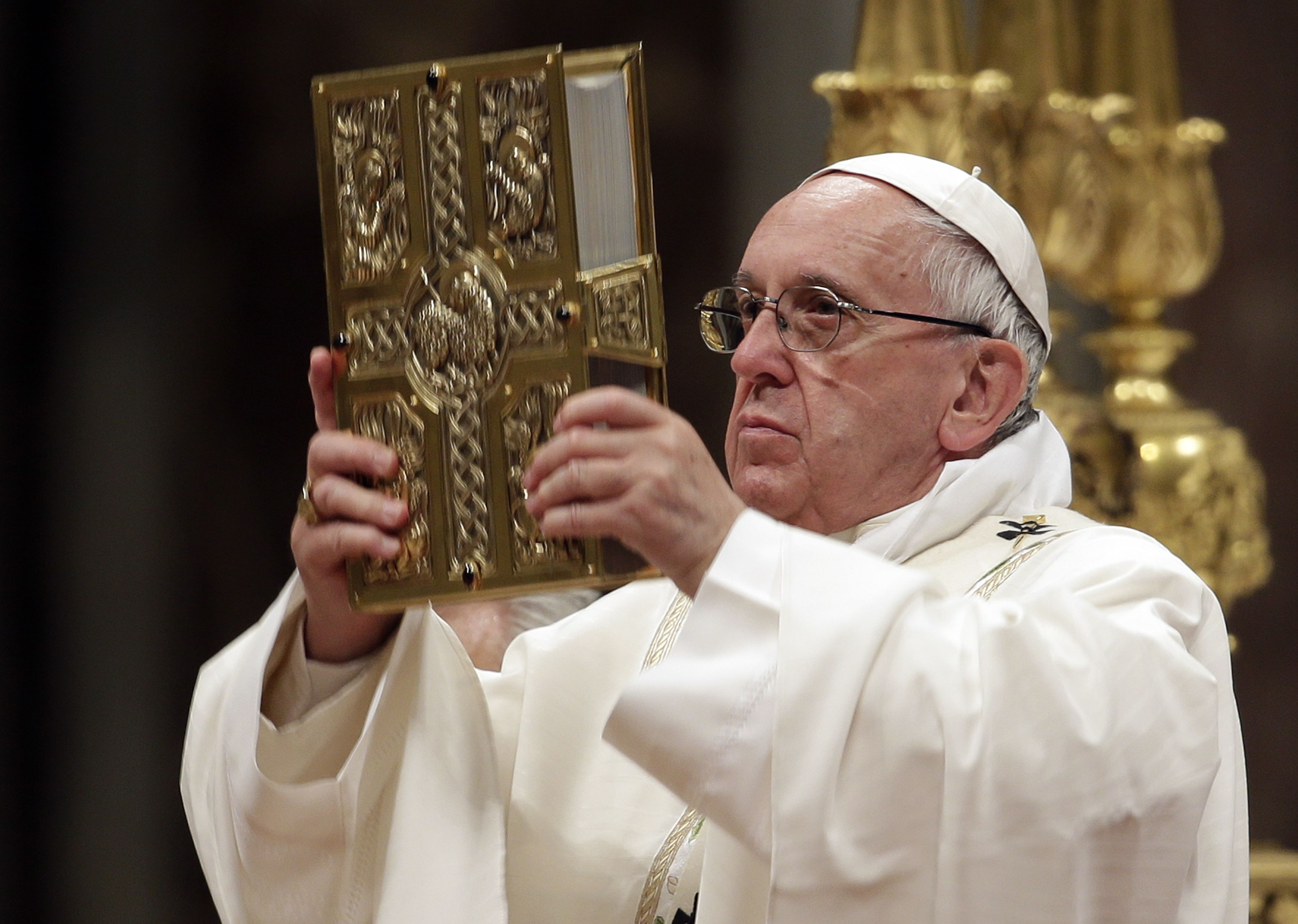 Feel the pain of the poor and immigrants, pope says at Easter Vigil