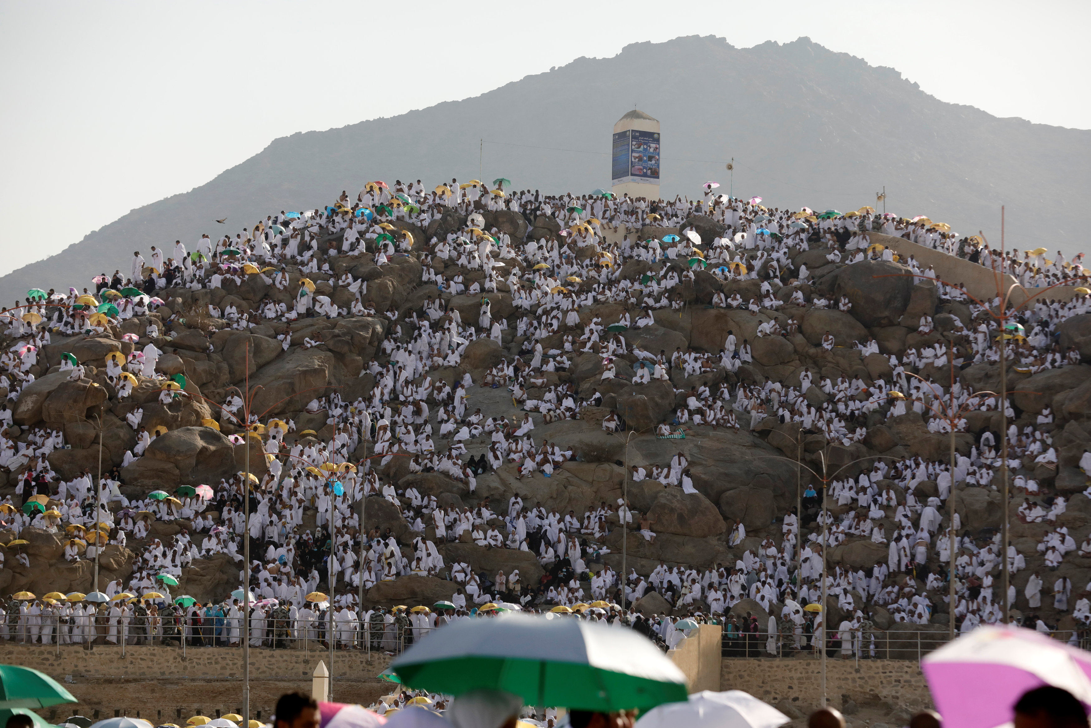 Saudi Arabia: Repentant Muslims gather on Mount Arafat for haj climax